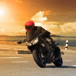 バイクで走行中の横風はどうする?対策について解説!